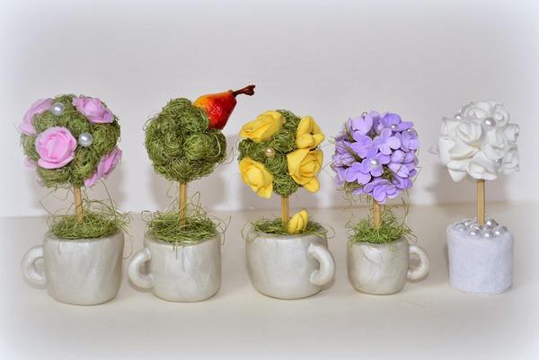 Для любителей миниатюрных декоративных элементов в интерьере отличным вариантом станет мини-топиарий в виде маленького дерева, помещенного в чашку
