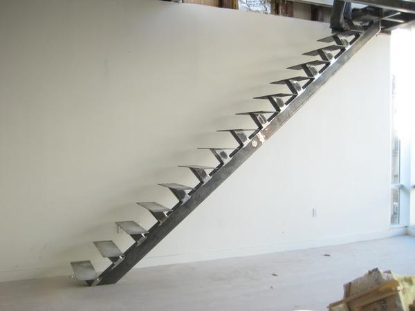 Угол наклона лестницы стоит делать таким, чтобы по ней было удобно подниматься людям пожилого возраста и детям
