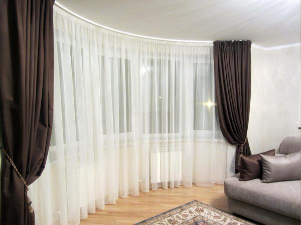 Для больших залов отлично подходят темные шторы: черные, серые, коричневые