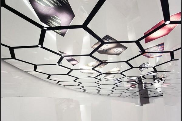 Необыкновенный дизайн стеклянного потолка придаст любому интерьеру оригинальности и динамики