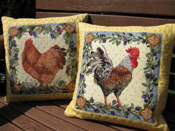 Вышитый петушок на полотне или подушке станет отличным подарком для друзей или родственников