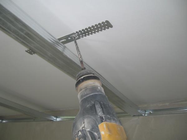 Правильно подобранные металлические уголки для гипсокартона позволят сделать конструкцию гипсокартонного короба прочной и надежной