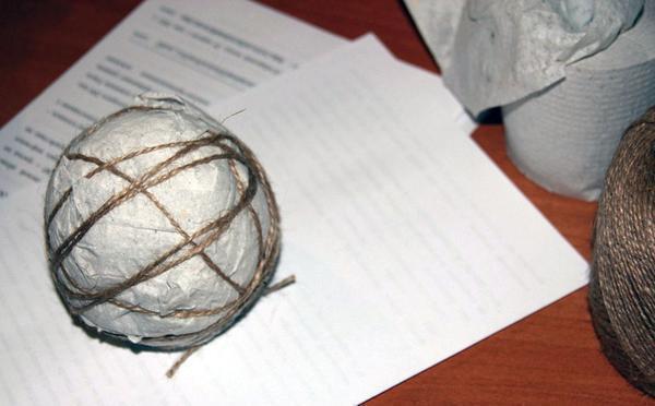 Для того, чтобы воплотить оригинальную задумку для топиария, можно использовать самодельный шар из бумаги