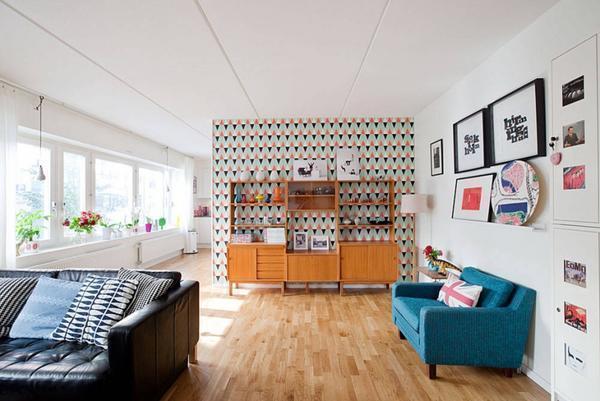 В стиле ретро-минимализма в интерьере зала, акцент делается на сдержанности в формах и обилие красок
