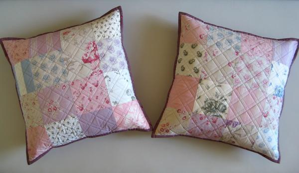 Благодаря технике пэчворк можно смастерить много увлекательных вещей, включая и стильные наволочки для небольших подушек