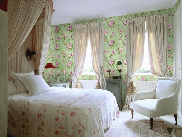 Для отделки помещение в дачном доме хорошо подойдут обои в стиле прованс