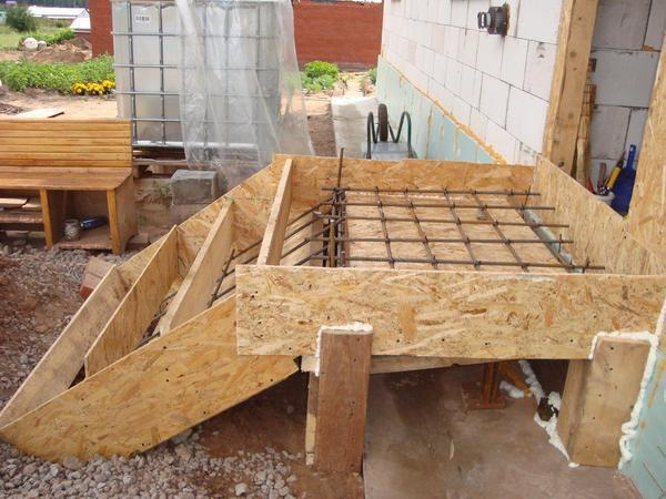 Сделать бетонную лестницу прочнее можно благодаря конструкции из арматуры или металла