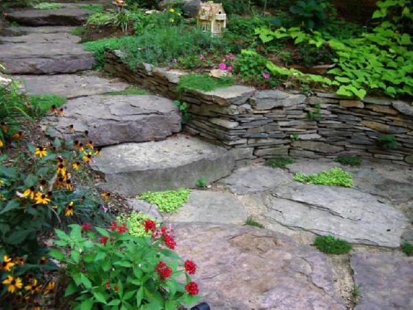 Красиво каменные ступени будут смотреться в саду