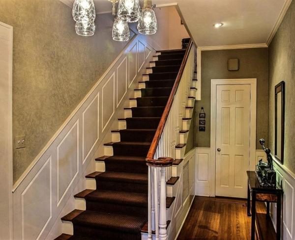 Для обустройства лестницы в частном доме лучше использовать натуральные материалы, которые являются безопасными для здоровья человека