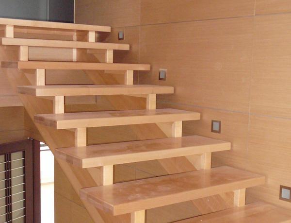 Многие предпочитают выбирать деревянную лестницу, поскольку она характеризуется экологичностью и безопасностью для здоровья