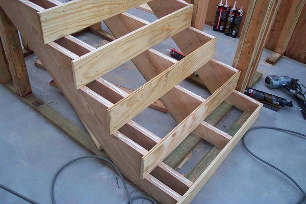 Чтобы соорудить деревянную лестницу правильно, стоит предварительно выполнить ее чертеж