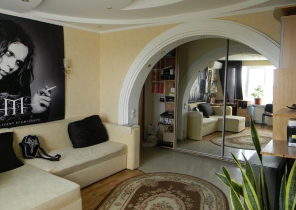 Полукруглая арка хорошо смотрится в интерьере, сделанном в классическом стиле
