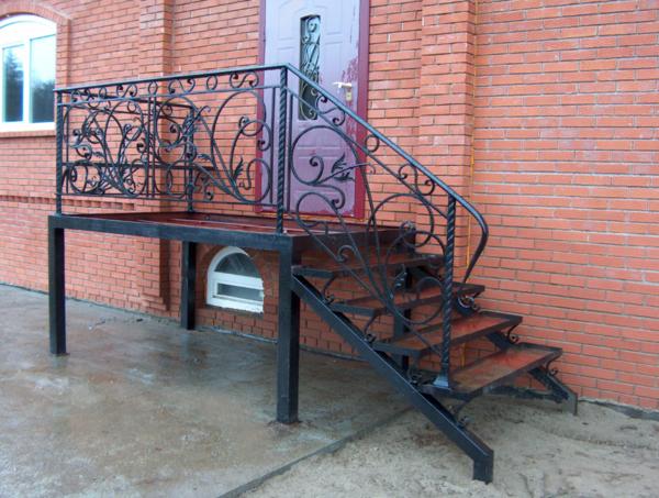 Особой популярностью пользуется металлическая входная лестница, оснащенная перилами с кованными элементами