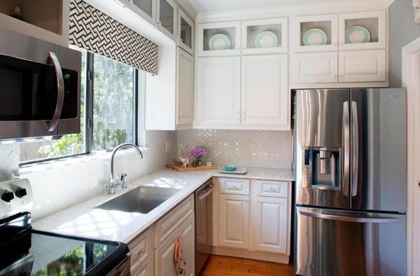 Для маленькой кухни хорошо подойдут выдвигающиеся шторы