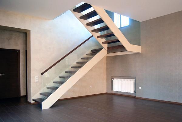 Выбирать угол наклона для лестницы следует таким образом, чтобы по ней могли подниматься люди пожилого возраста и дети