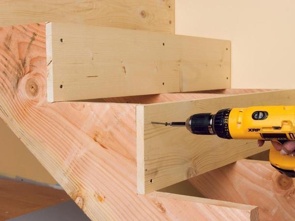Для сборки деревянной лестницы следует обязательно приобрести шуруповерт, шурупы, уровень и прочие инструменты