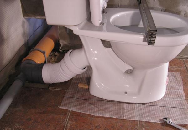 Подключить унитаз к канализации вполне возможно своими руками