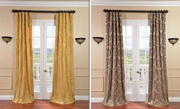 На дверях в классическом интерьере хорошо выглядят шторы с узорами коричневого или золотого цвета