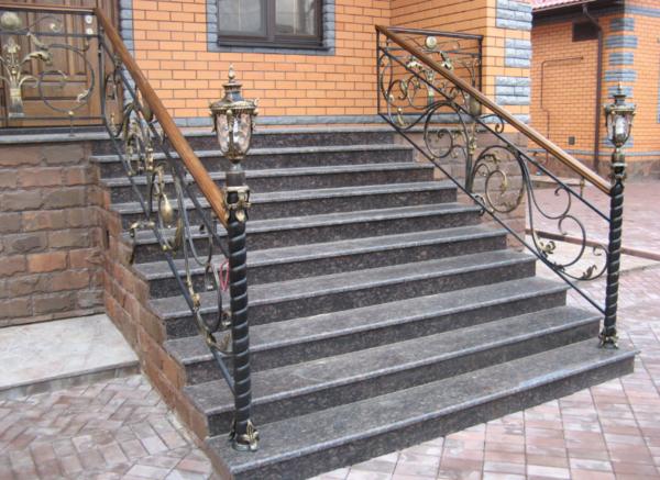 Парадная лестница из бетона отлично подходит для дома, облицованного красным кирпичом