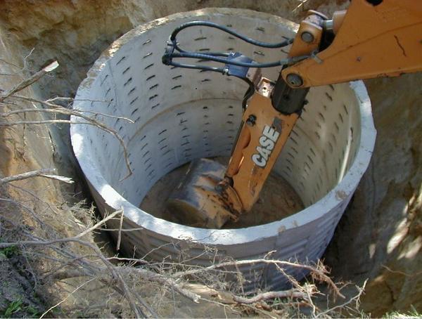 Существуют специальные бетонные кольца с отверстиями, через которые медленно просачиваются отходы