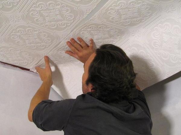 Плотные обои хорошо скрывают дефекты поверхности, маскируют швы и стыки на потолке