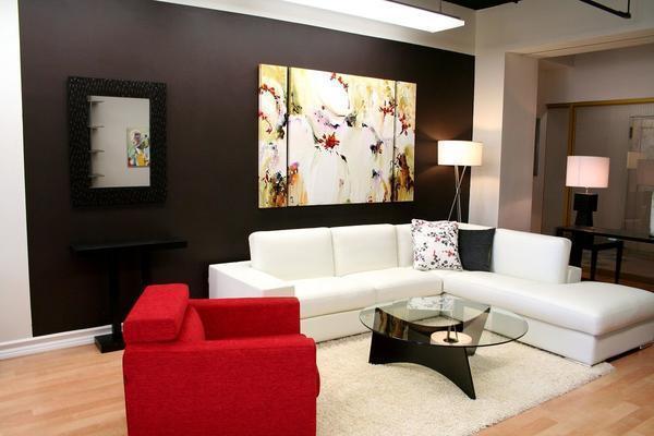 Сделать стены гостиной оригинальными можно самим, достаточно выбрать подходящий материал для отделки