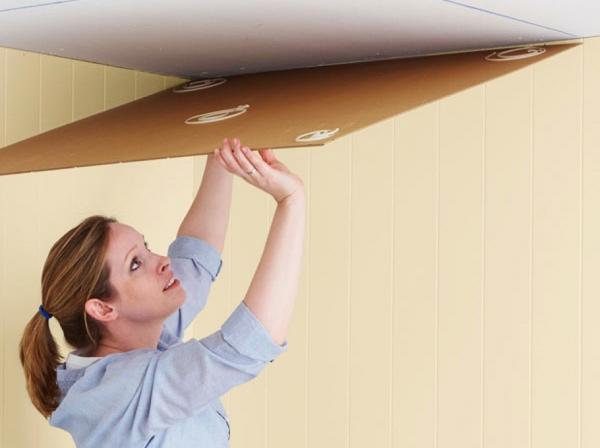 Оклейка потолка пенопластовыми плитами защитит помещение от переохлаждения и распространения различных звуков