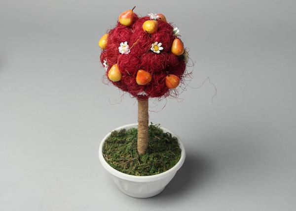 Чтобы украсить топиарий, можно взять любые пластиковые предметы небольшого размера: фрукты, овощи, цветы, бусы