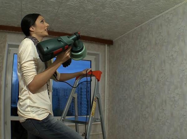 Для обновления декора в комнате, потолок из ПВХ-плитки можно с легкостью перекрасить в другой цвет