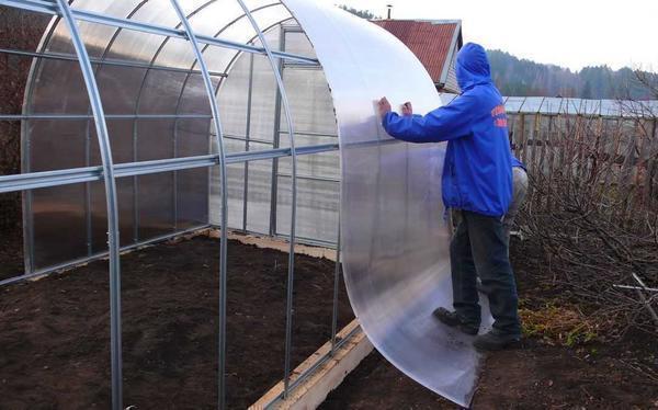 Устройство крыши поликарбонатом лучше всего планировать на апрель-май или раннюю осень, когда перепады температуры колеблются в районе +10-16ºC