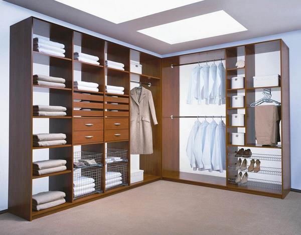 Зачастую угловые гардеробные оснащены всеми необходимыми элементами: полками, вешалками и выдвижными ящиками
