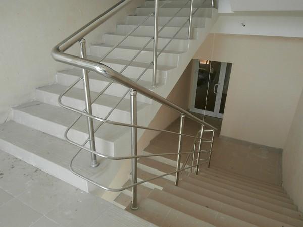 iPagari iuntuki tangga terbuat idarii logam