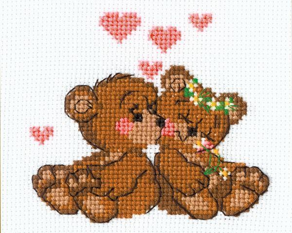 Милым подарком для любимого человека является вышивка с изображением влюбленных плюшевых медведей
