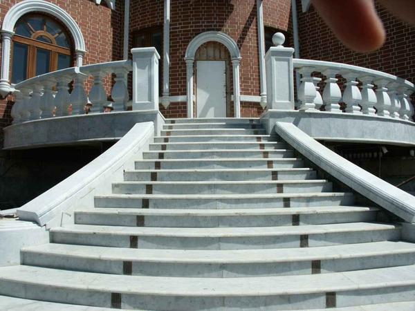 Каменные лестницы отличаются длительным сроком эксплуатации и отличными эстетическими свойствами