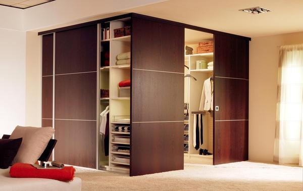 Делать в спальне угловую гардеробную рекомендуется в том случае, если комната имеет достаточную для этого площадь