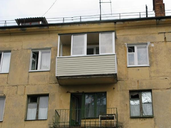 Установка крышы балкона на последнем этаже - операция весьма сложная и вряд ли может быть осуществлена кустарно и в одиночку