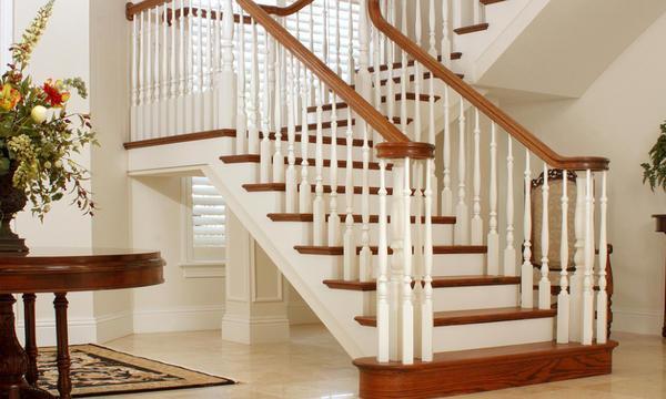 Лестница в углу дома должна быть очень надежной и крепкой