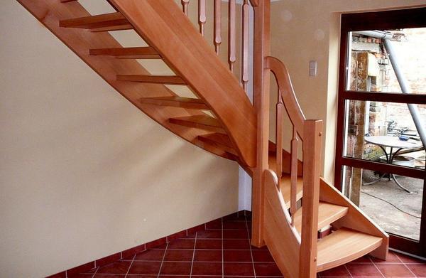 Деревянные лестницы хорошо вписываются как в классический, так и в современный интерьер