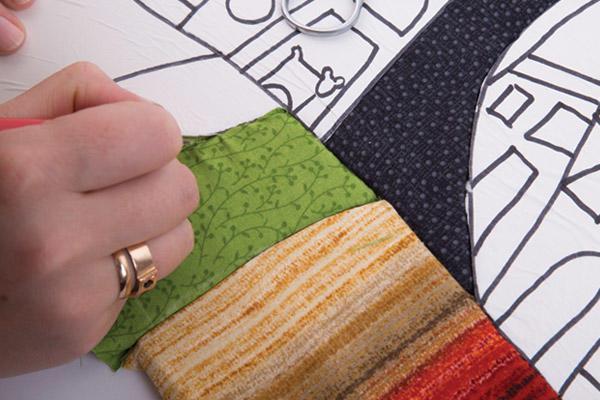 Для создания картины в технике пэчворк необходимо подготовить эскиз и на его основе вырезать лоскуты ткани нужного цвета