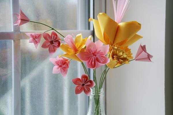 Изготовить бумажные цветы совсем несложно и справиться с этим может даже ребёнок