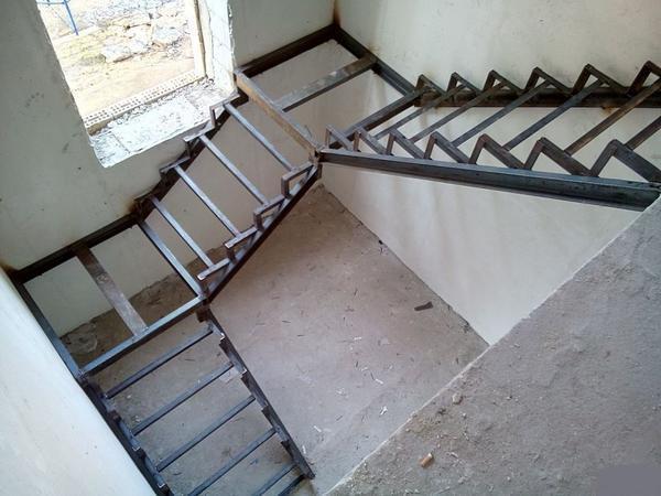 Среди преимуществ лестницы из профильной трубы стоит отметить длительный срок службы и отличные эстетические свойства