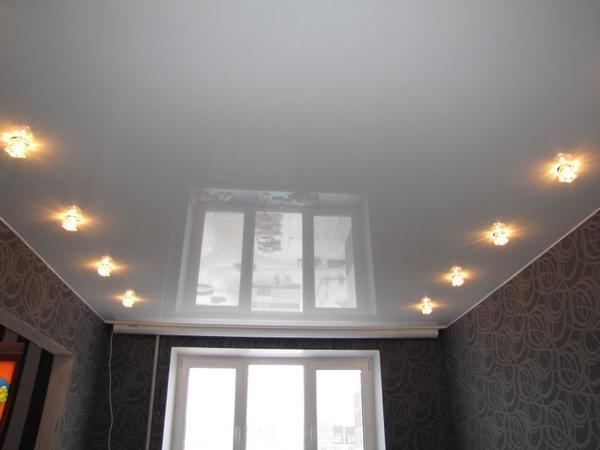 Натяжной потолок, выполненный из высокотехнологичной ПВХ-пленки, сделает интерьер вашей квартиры уникальным и уютным