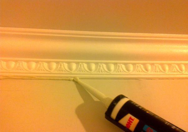 Устранить щели между плинтусом и полотном натяжного потолка можно с помощью акрилового герметика