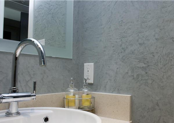 Для облицовки перекрытий в ванной комнате выбирают штукатурку с добавлением пластификаторов и антисептиков