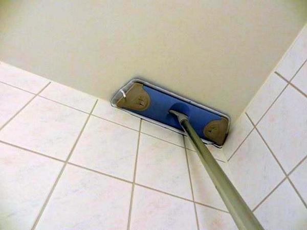 Во избежание различных трудностей в процессе наклеивания обоев, предварительно, при помощи пылесоса или щетки, тщательно очистите весь потолок от пыли