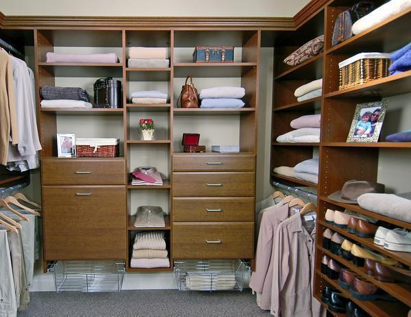 В гардеробной обязательно должны присутствовать выдвижные ящики, полки и отдел для верхней одежды