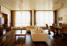 Интересный дизайн гостиной с двумя окнами: 5 идей и советов