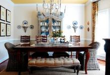 Изящное украшение гостиной: шкаф для посуды со стеклом