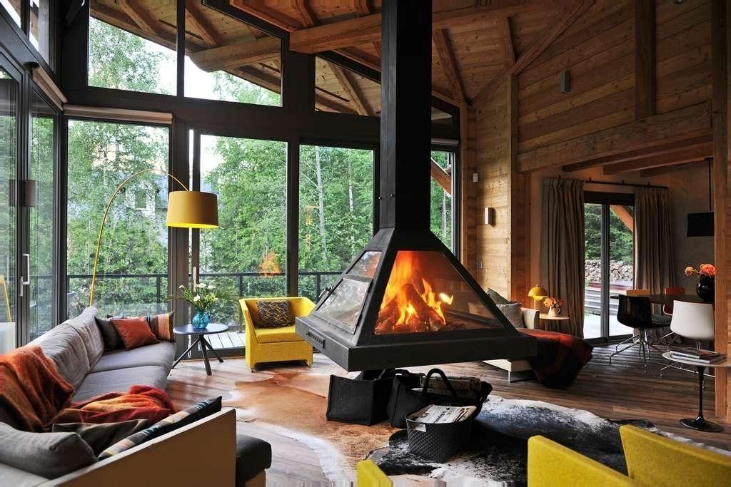 гостиная в стиле шале фото интерьера с камином дизайн кухни в