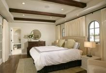mediterranean-bedroom-with-gypsum-false-ceiling-designs-and-wooden-flooring-ideas